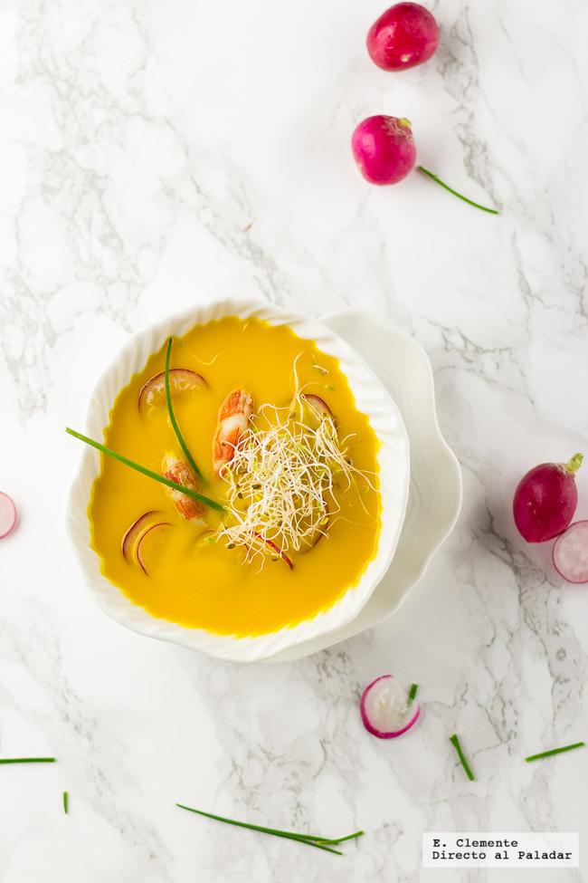 Crema suave de zanahoria con langostinos y brotes. Receta