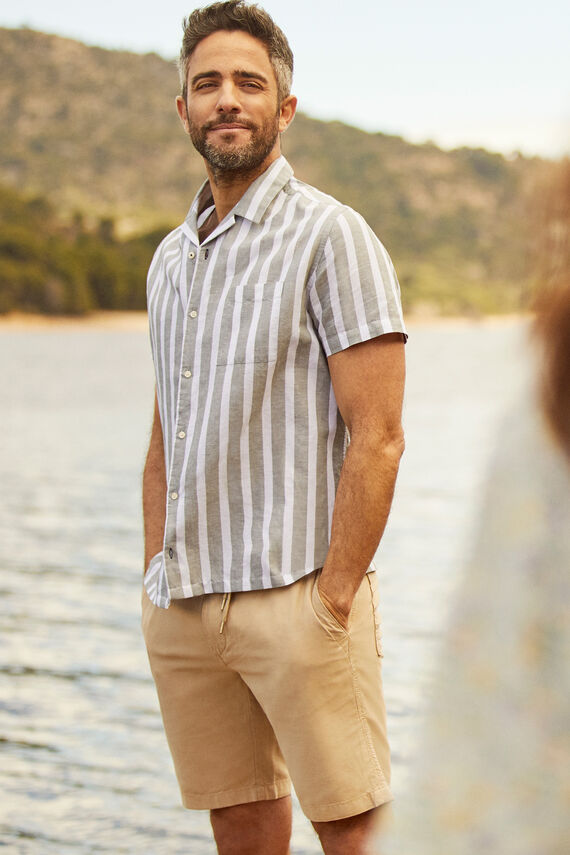 Camisa en manga corta a rayas con cuello camp
