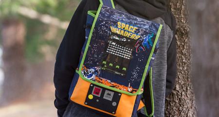 Esta mochila de Space Invaders no es funcional, pero acepta monedas igualmente