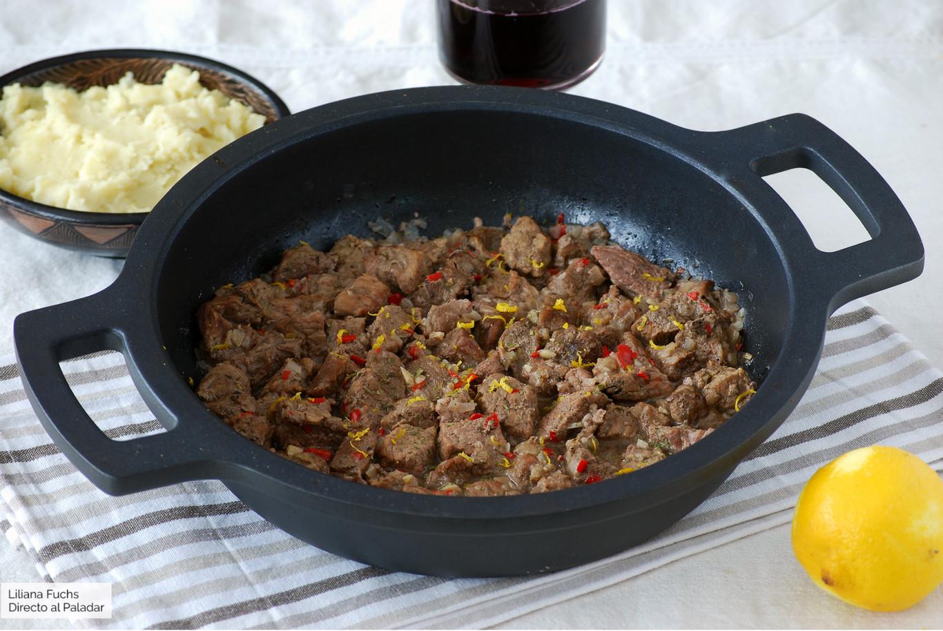 Receta de estofado de ternera con guindilla y limón, para llenar de aromas la cazuela