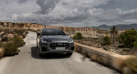 Audi Q8 frontal en marcha
