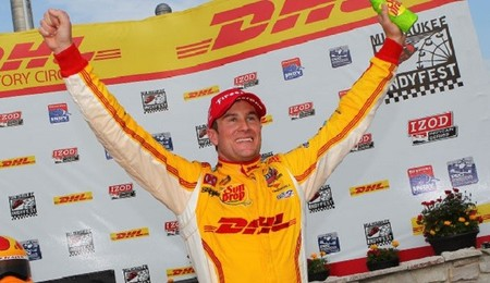 Ryan Hunter-Reay gana en Milwaukee, Helio Castroneves se escapa