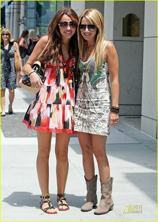 Ashley Tisdale y Miley Cyrus: dos teenagers de compras en Beverly Hills