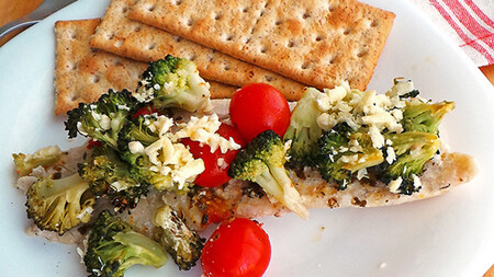 Pescado al horno con brócoli y jitomate. Receta