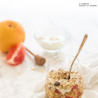 Crujiente con pomelo y yogur en vasito. Receta para un buen desayuno