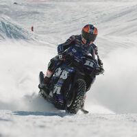 ¡Alucinante! Deja los esquís y pásate a esta Yamaha R1 con neumáticos de clavos para disfrutar de la nieve
