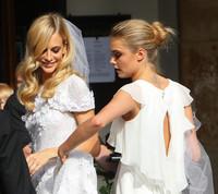Si tienes una boda, toma nota del look de Cara Delevingne