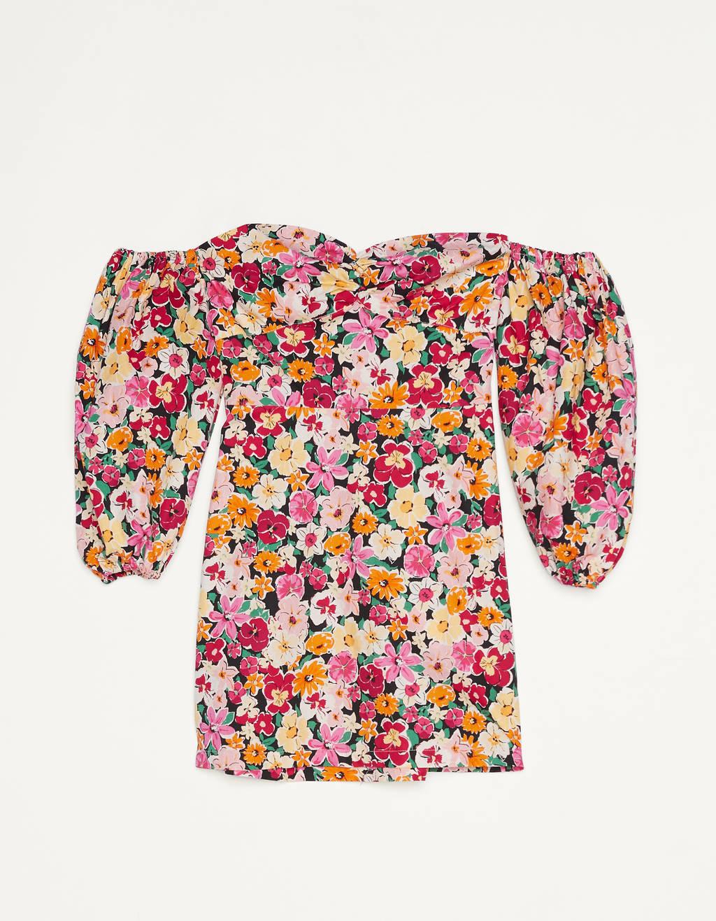 Vestido corto de flores con escote bardot y manga 3/4 con volumen y acabado en goma.