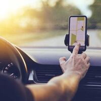 Cómo elegir un soporte para llevar el móvil en el coche y modelos homologados y recomendados
