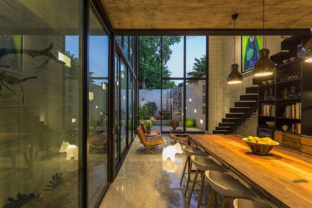 Hermosa casa con gigantescas ventanas que la llenan de luz