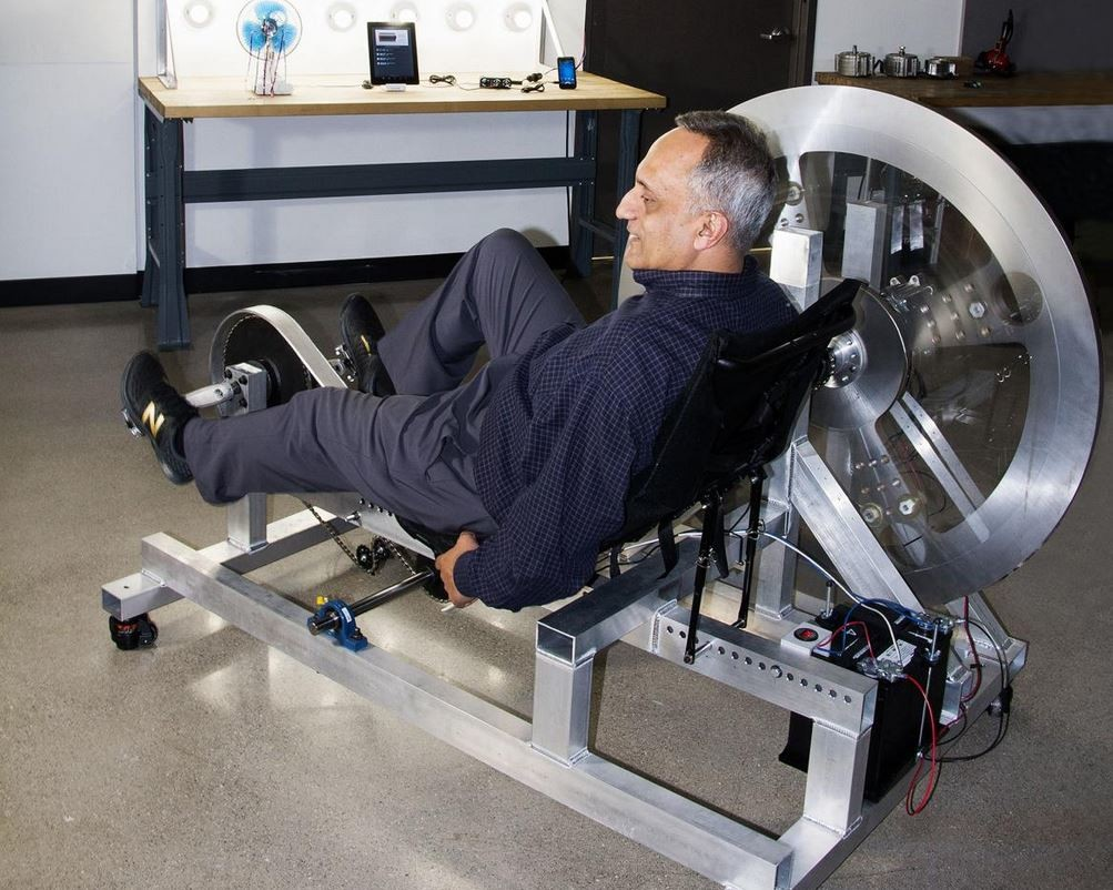 Este millonario quiere resolver el problema energético a golpe de pedal