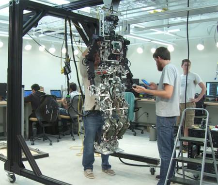 El próximo calendario de bomberos será con robots: os presentamos al espectacular SAFFiR