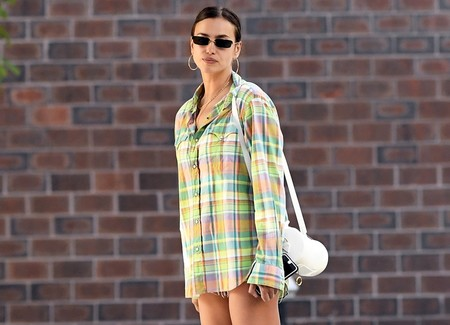 Así es el look con camisa masculina oversize que Irina Shayk no para de repetir, el más cómodo y moderno del verano