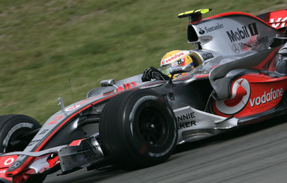 Espectacular accidente de Lewis Hamilton