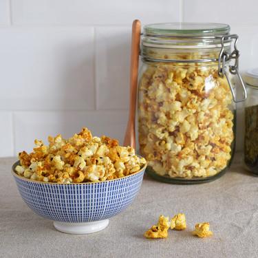 Palomitas con cúrcuma, azafrán y sésamo: receta de picoteo saludable (y adictivo)
