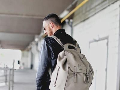 Moda para hombres: ¿bolso o mochila? mejor uno de cada