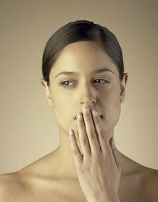 Mujer cubriendose la boca