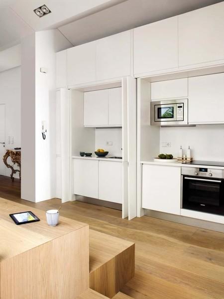Las cocinas escondidas o escamoteadas, la tendencia más compatible con las cocinas abiertas