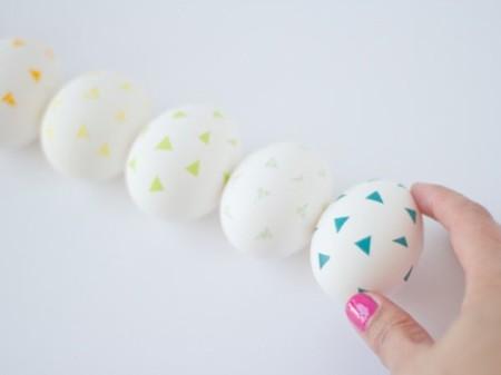Decora huevos de Pascua con motivos geométricos utilizando washi tape