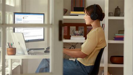 Para trabajar a distancia, mejor apaga la cámara: un estudio revela que colaborar por voz es más productivo que las videollamadas