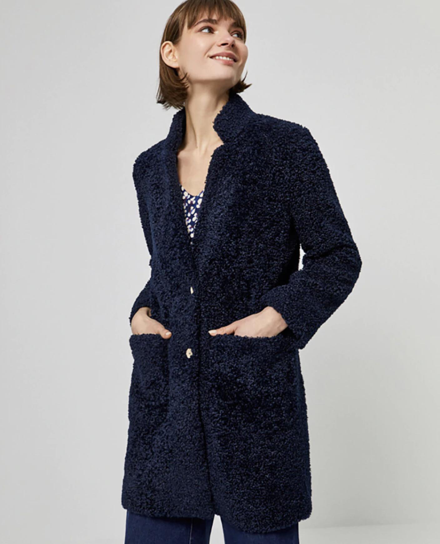 Abrigo de mujer de borrego con bolsillos plastrón