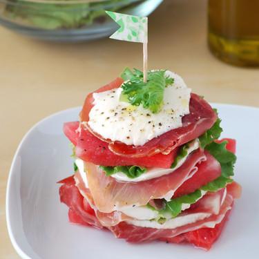 Milhojas de ensalada de sandía, mozzarella y jamón: receta para sorprender sin complicarse