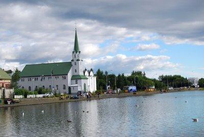 Un paseo por el lago Tjörn de Reikiavik