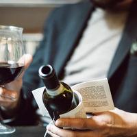 Lee una pequeña historia mientras bebes una copa de vino
