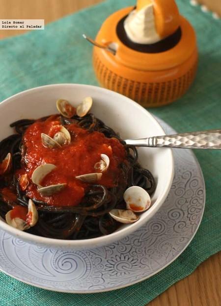 Espaguetis negros con chirlas. Receta de pasta