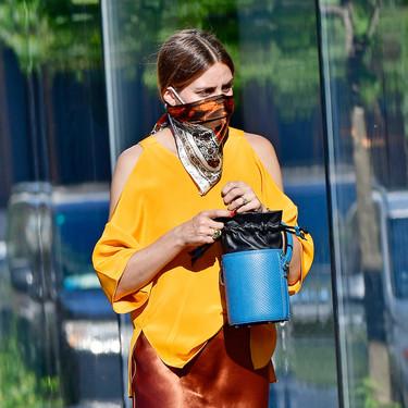 Olivia Palermo sigue cubriendo su mascarilla con un pañuelo a modo de bandana y así lo demuestra en su última salida