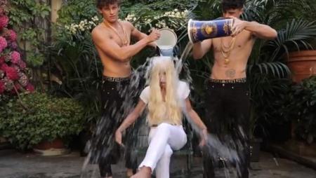 Tan sólo Donatella (Versace) podía hacer un #icebucketchallenge así...
