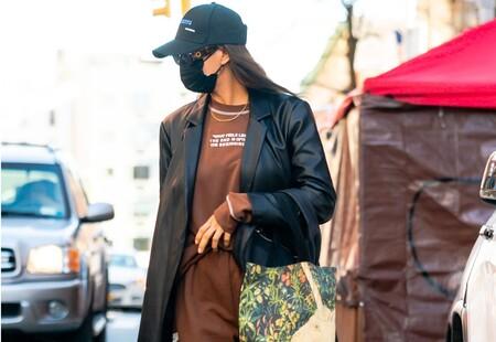 Irina Shayk sabe cómo hacer del chándal algo sofisticado y este abrigo de efecto piel de Mango por menos de 70 euros tiene la culpa