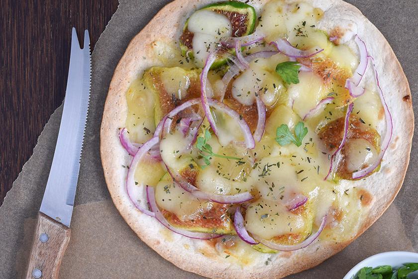 Tortillas crujientes con higos, cebolla roja, queso San Simón y miel: receta para una cena rápida