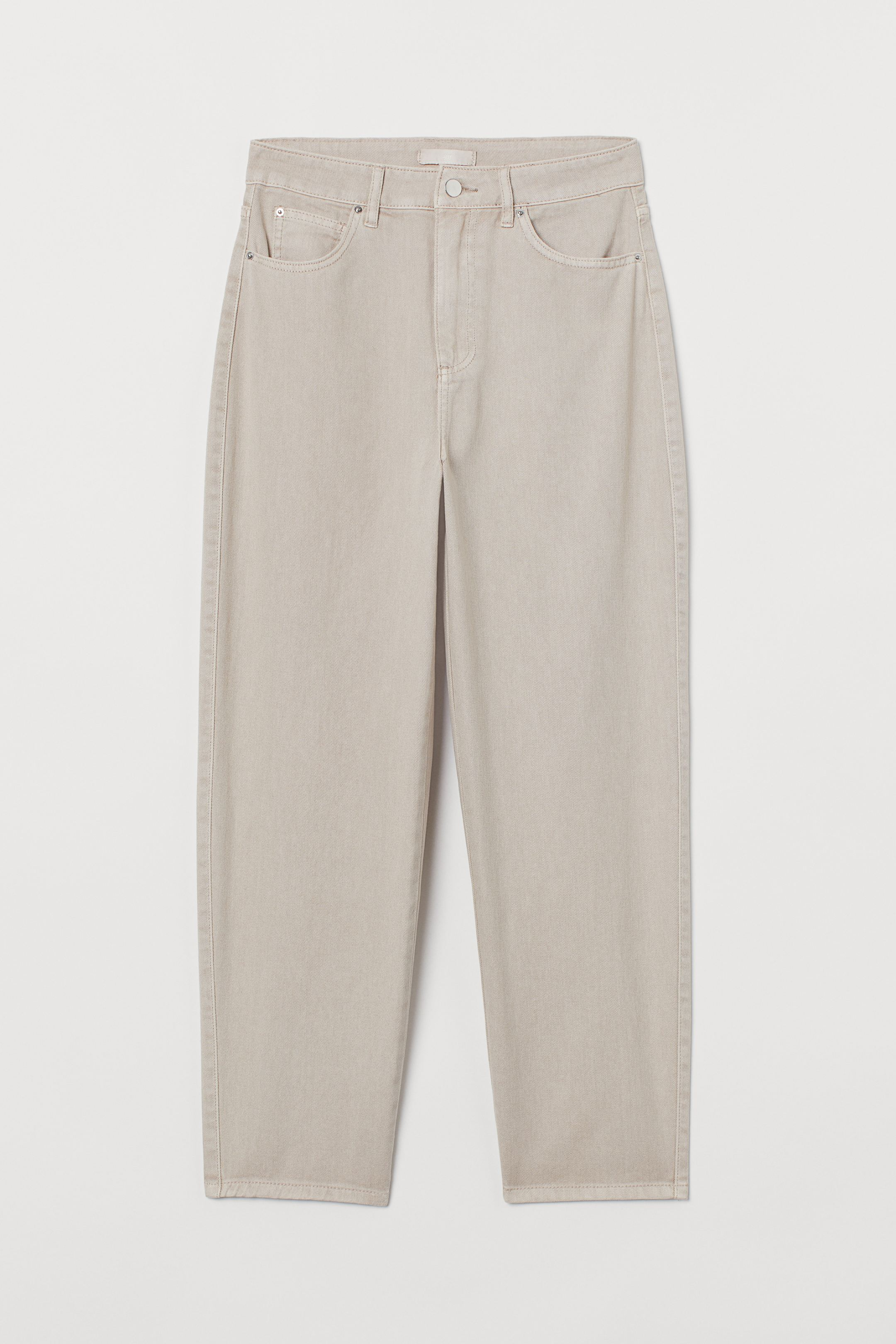 Pantalón tobillero de cinco bolsillos en sarga de algodón lavada. Modelo de talle alto con perneras amplias más ajustadas en la parte inferior y costuras decorativas en los bajos.