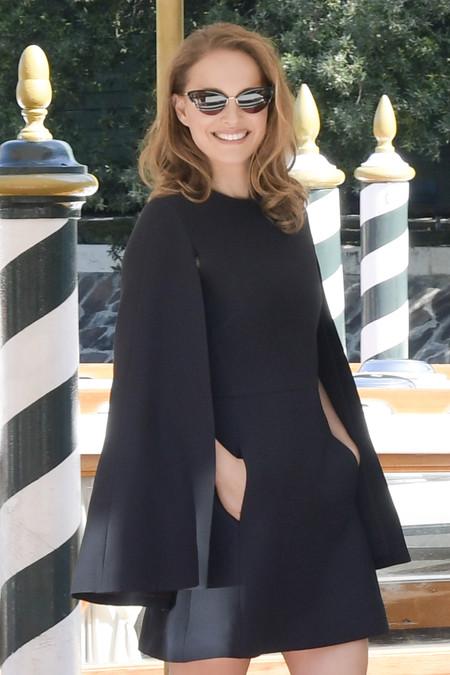 Natalie Portman desembarca en en el Festival de Venecia con el perfecto vestido capa