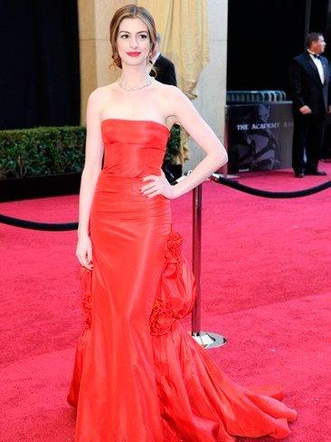 Anne Hathaway, ¿cómo lo hiciste para cambiarte tantas veces de vestido en los Oscars?