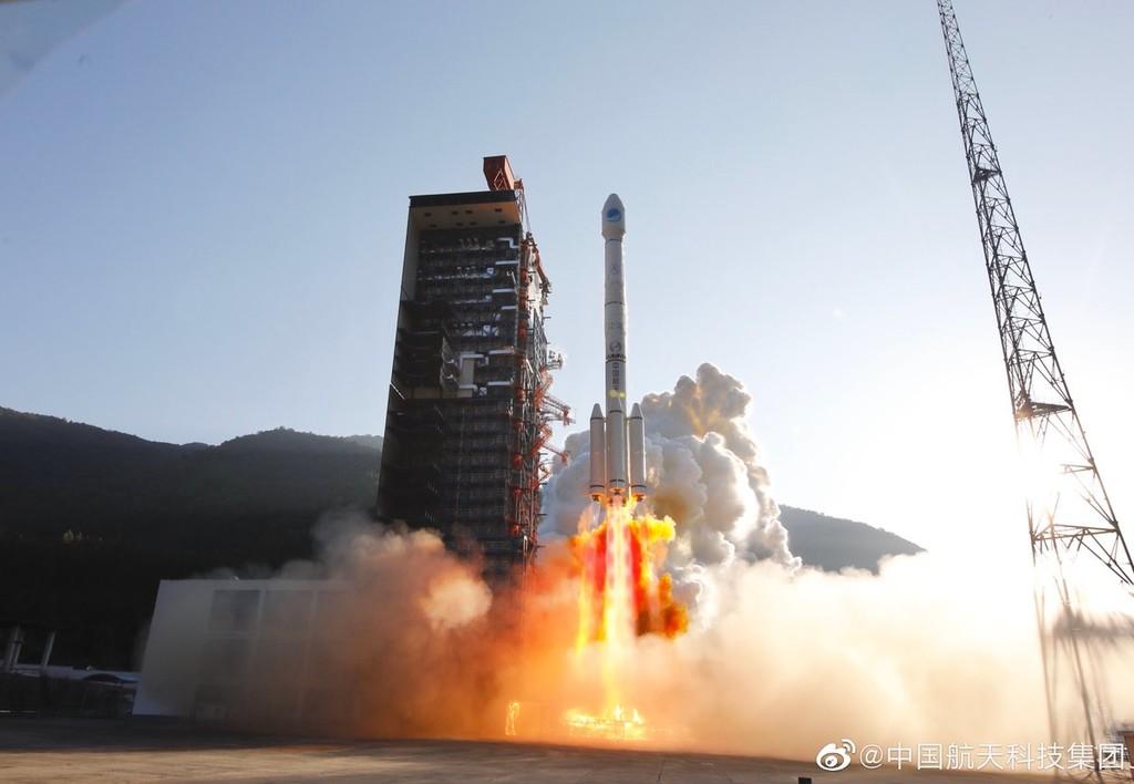 En un nuevo accidente, uno de sus propulsores de un cohete cae y derriba un edificio tras su lanzamiento en China