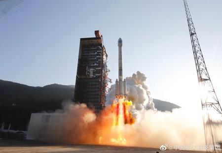 En un nuevo accidente, uno de los propulsores de un cohete cae y derriba un edificio tras su lanzamiento en China