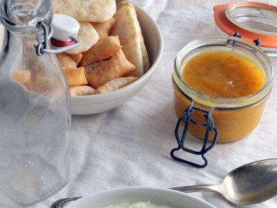 Crema de chirivías con mermelada de tomate y cebolla crujiente. Receta saludable