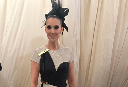 Celine Dion patina con su Versace en la Gala MET 2017