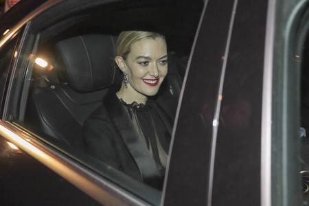 Marta Ortega se decanta por un esmoquin de color negro bastante sobrio para la primera fiesta de su boda