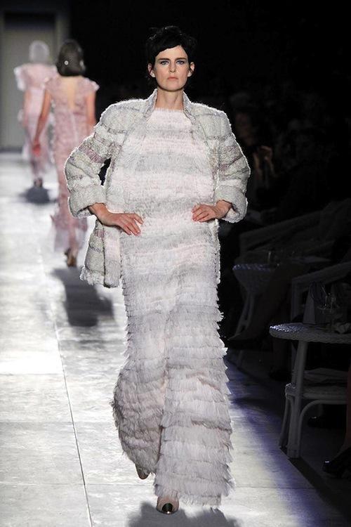 Foto de Chanel Alta Costura Otoño-Invierno 2012/2013: rosa, gris, brillos y nuevo vintage (59/61)