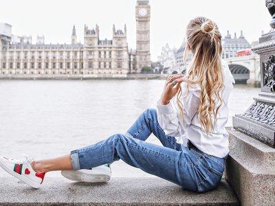 Las bloggers pasan de complicaciones y tiran de fondo de armario: vaqueros y camisa blanca