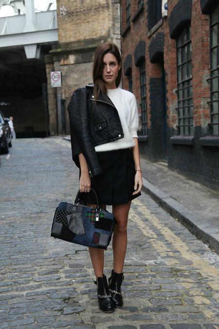 Gala Gonzalez con bolso de Loewe
