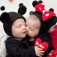 La preciosa sesión de fotos de un par de bebés como Minnie y Mickey con motivo de San Valentín