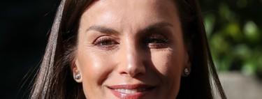 La reina Letizia vuelve a postar por el blanco y negro, una perfecta combinación para una working girl