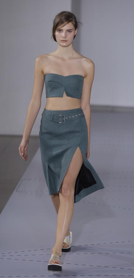 Crop top y falda en aguamarina oscuro de Jil Sander Primavera Verano 2014 Semana de la Moda de Milan