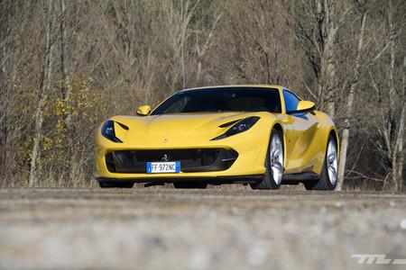 Ferrari 812 Superfast amarillo