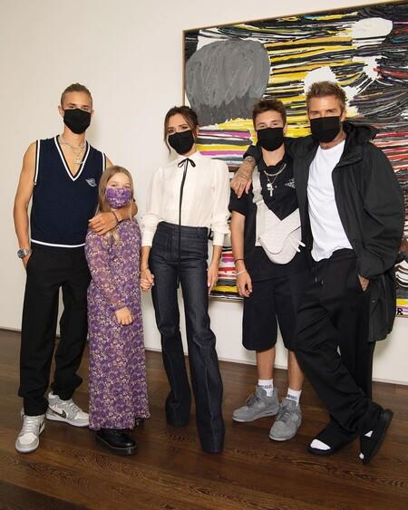La familia Beckham mola (mucho), y así lo vemos con el posado tras ser de los pocos invitados al desfile de Victoria Beckham