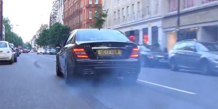 Esto es un Mercedes-Benz C63 AMG quemando rueda en pleno Londres